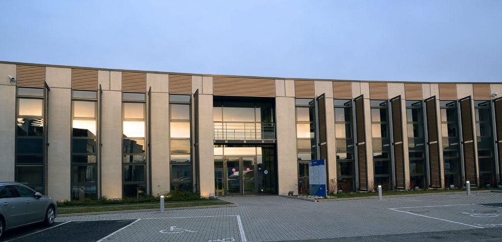 Extérieur du bâtiment dans lequel se trouve les locaux de Midway Communication